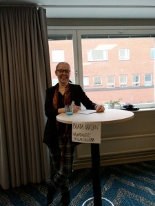 Beata Hansson vid bord