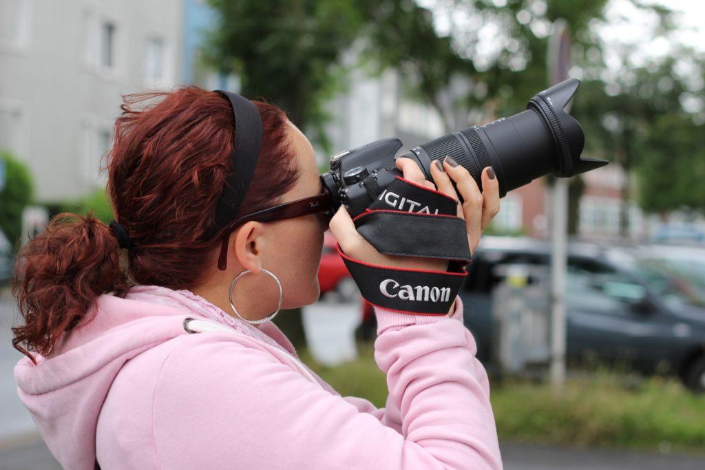 Kvinna med kamera